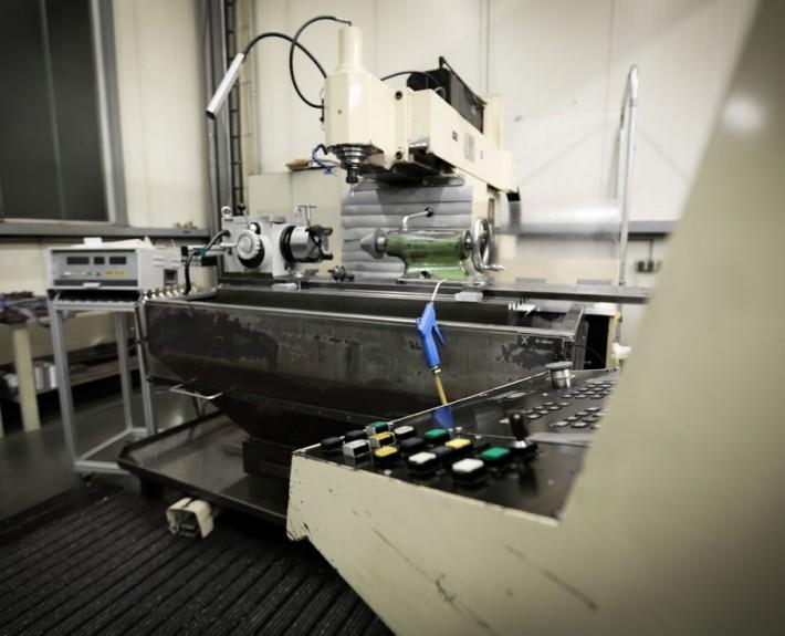 Fräsmaschine Klopp Korradi mit Steuerpult im Vordergrund
