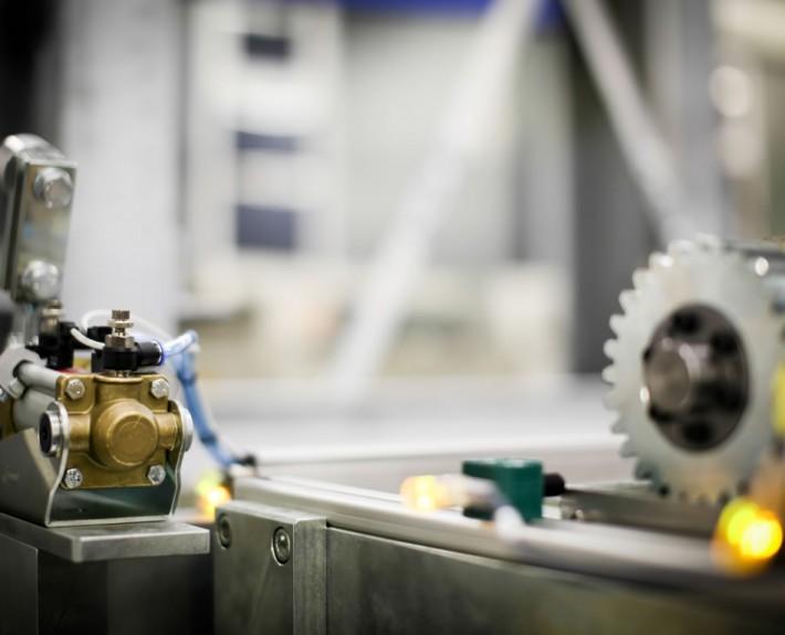 Detailansicht eines Zahnrads in der Mechanik des Walzenlagers